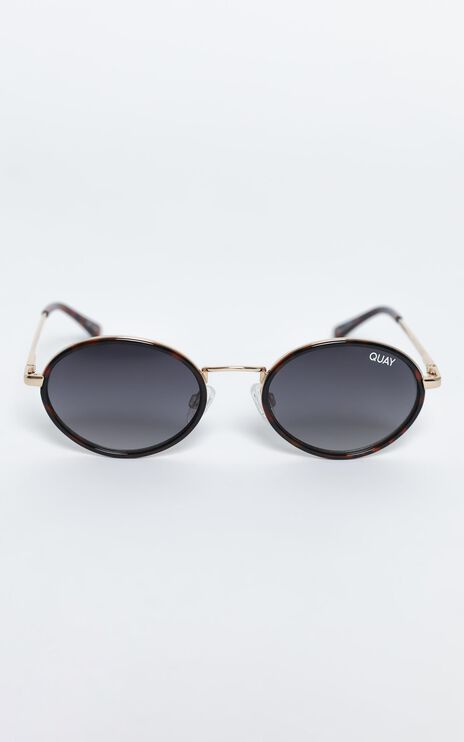 Quay - Line Up Sunglasses in Tort / Smoke
