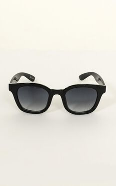 Mink Pink - Horizon Sunglasses In Black And Cool Smoke Grad