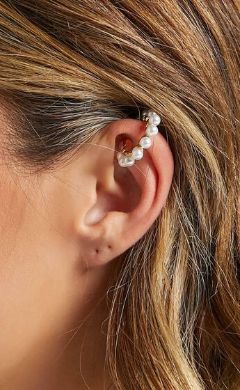 Izoa - Lei Pearl Ear Cuff in Gold