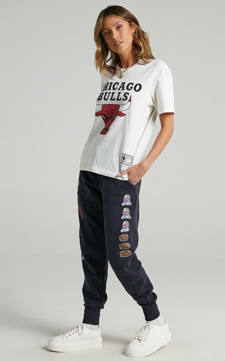 Mitchell & Ness - Vintage B2B OS Tee Bulls in Vintage White