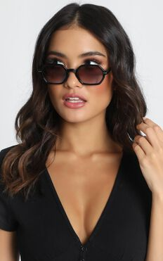 Mink Pink - Zimmy Sunglasses In Black And Warm Smoke Grad