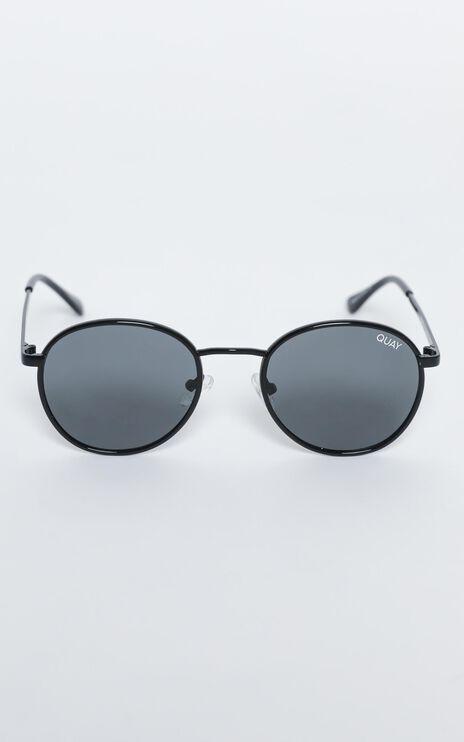 Quay - Omen Sunglasses in Black / Smoke