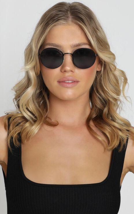 Quay - Modstar Sunglasses In Black And Smoke Lens