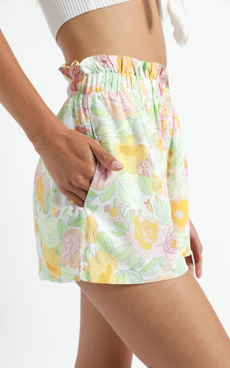 Thilia Shorts in Linear Floral