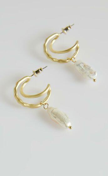 Wonderful World Earrings in Pearl
